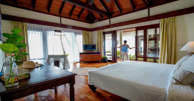 Villa Hibiscus  Master Bedroom - King bed, ensuite bathroom with bathtub